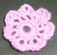 Une guirlande de fleurs et de papillons en laine