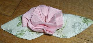 Une guirlande de fleurs et de papillons en tissu