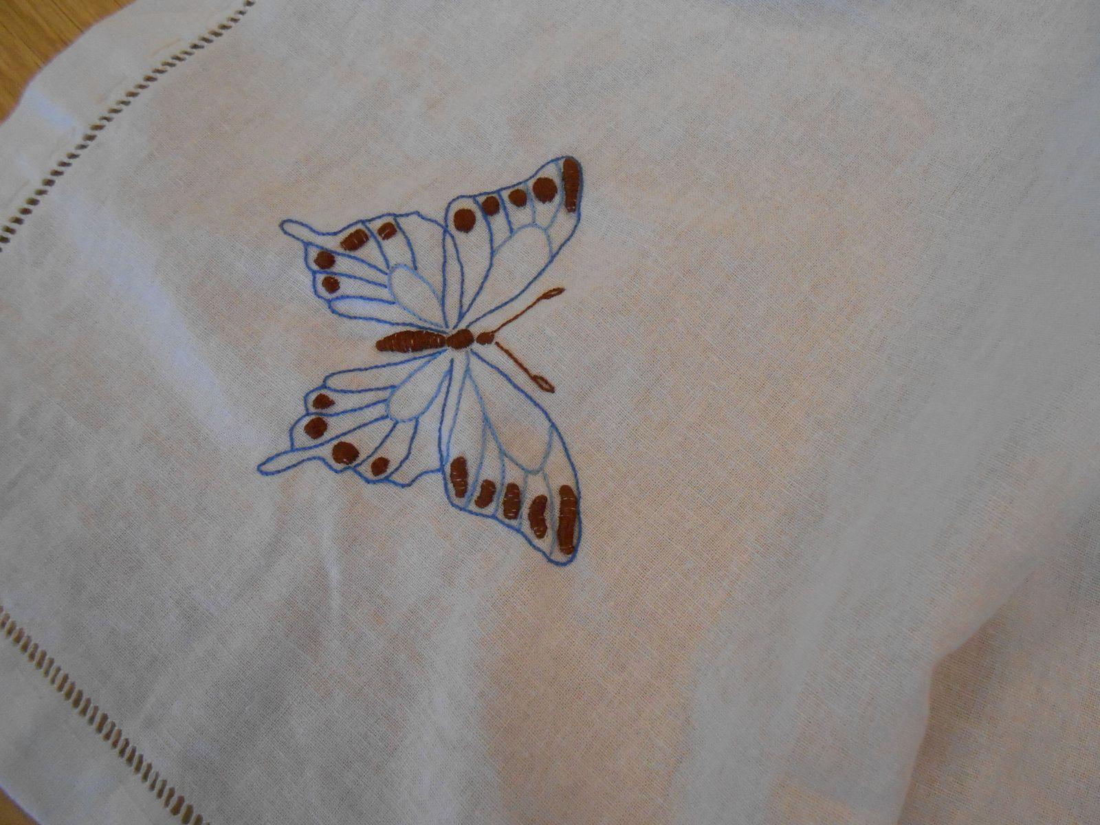Mireille a fait un joli sac cet été , et Georgette brode des papillons