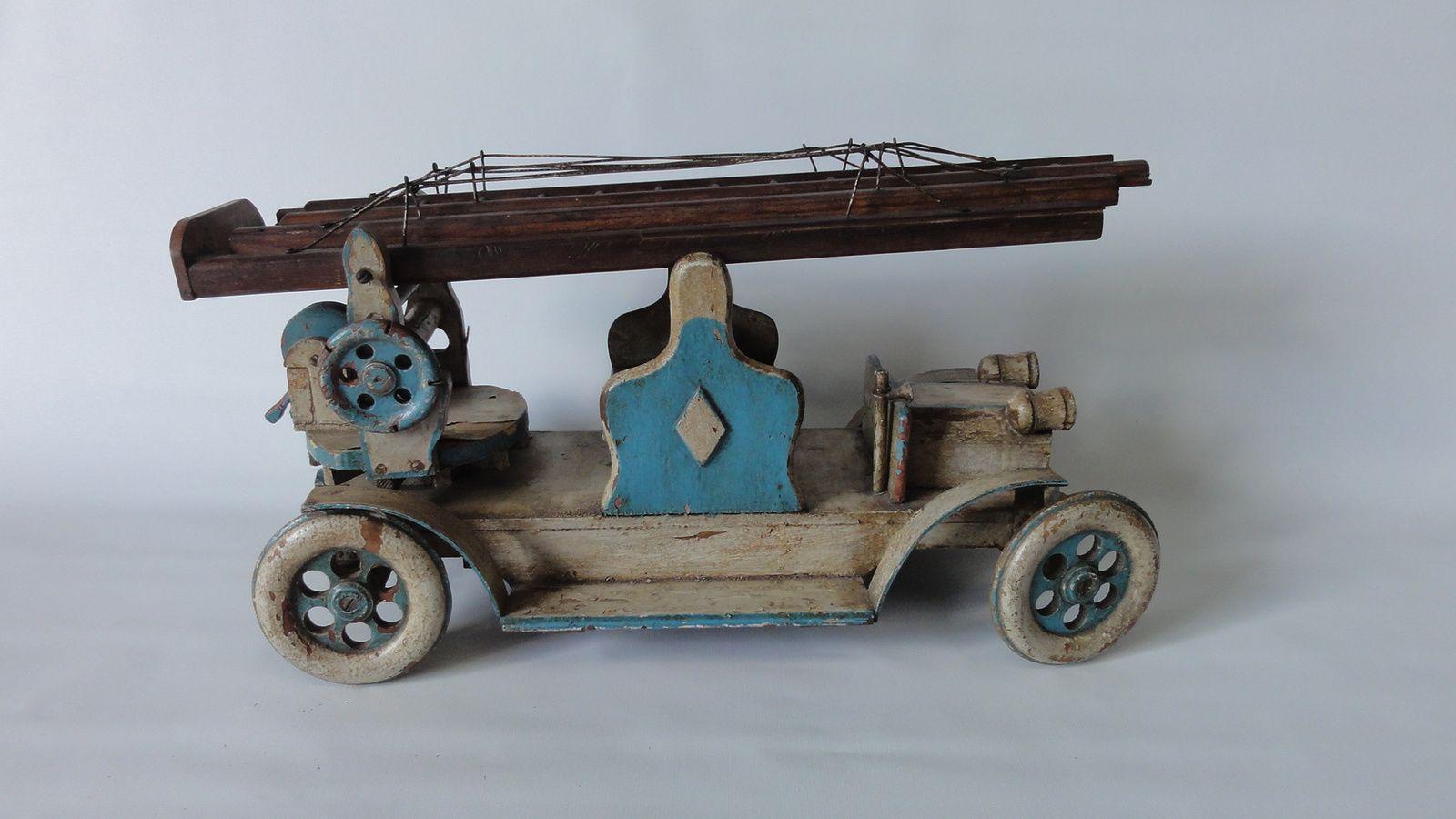 jouet en bois camion de pompier avec chelle art. Black Bedroom Furniture Sets. Home Design Ideas