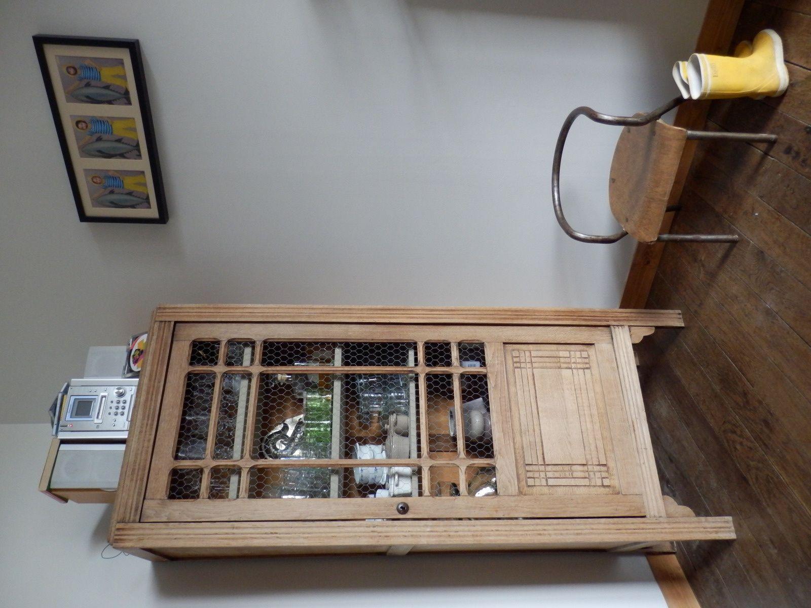 l'armoire d'une école, une petite chaise d'écolier...et même les bottes!!!!!!! :-)