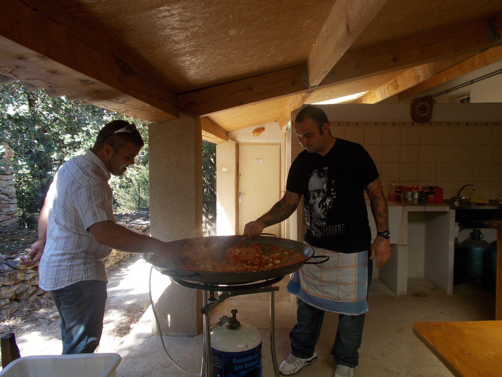 Geoffrey et Jean-Phi aux fourneaux à la préparation de la paëlla.