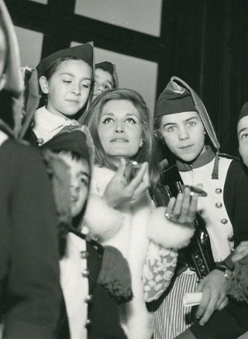 Dalida en compagnie des petits Poulbots en habits d'infanterie.