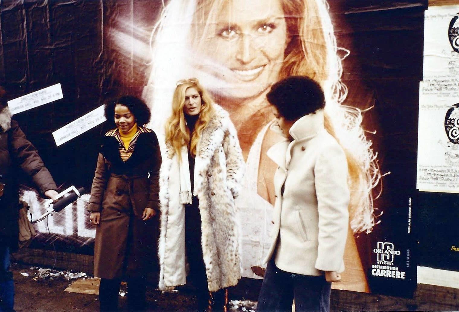 La photo ayant annoncé le dernier spectacle de Dalida donné à l'Olympia illustre également sa venue à New York. Dalida la retrouve affichée un peu partout dans la ville.