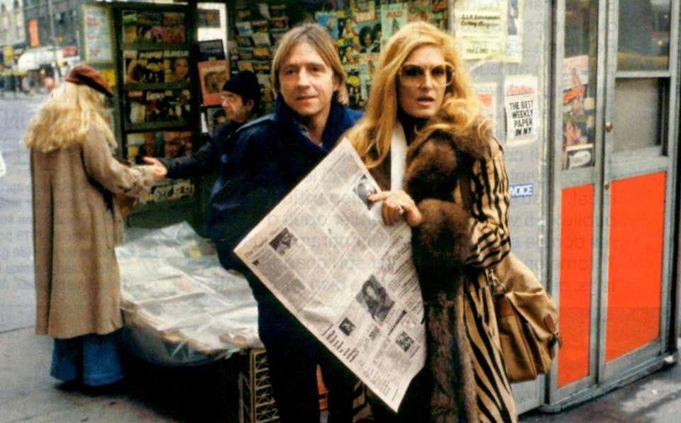 Dalida en compagnie de Pascal Sevran découvre les critiques de son concert à New York dans la presse.