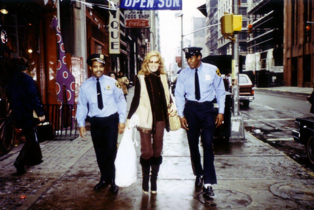 Pas besoin de gardes du corps lorsque les policiers new-yorkais offrent leurs services avec le sourire!