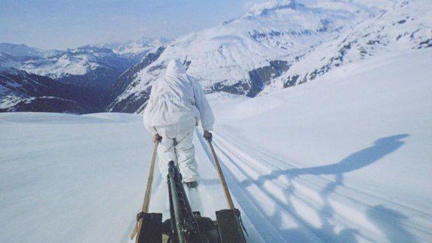 Combat mobile dans les Alpes: une mitrailleuse sur une luge
