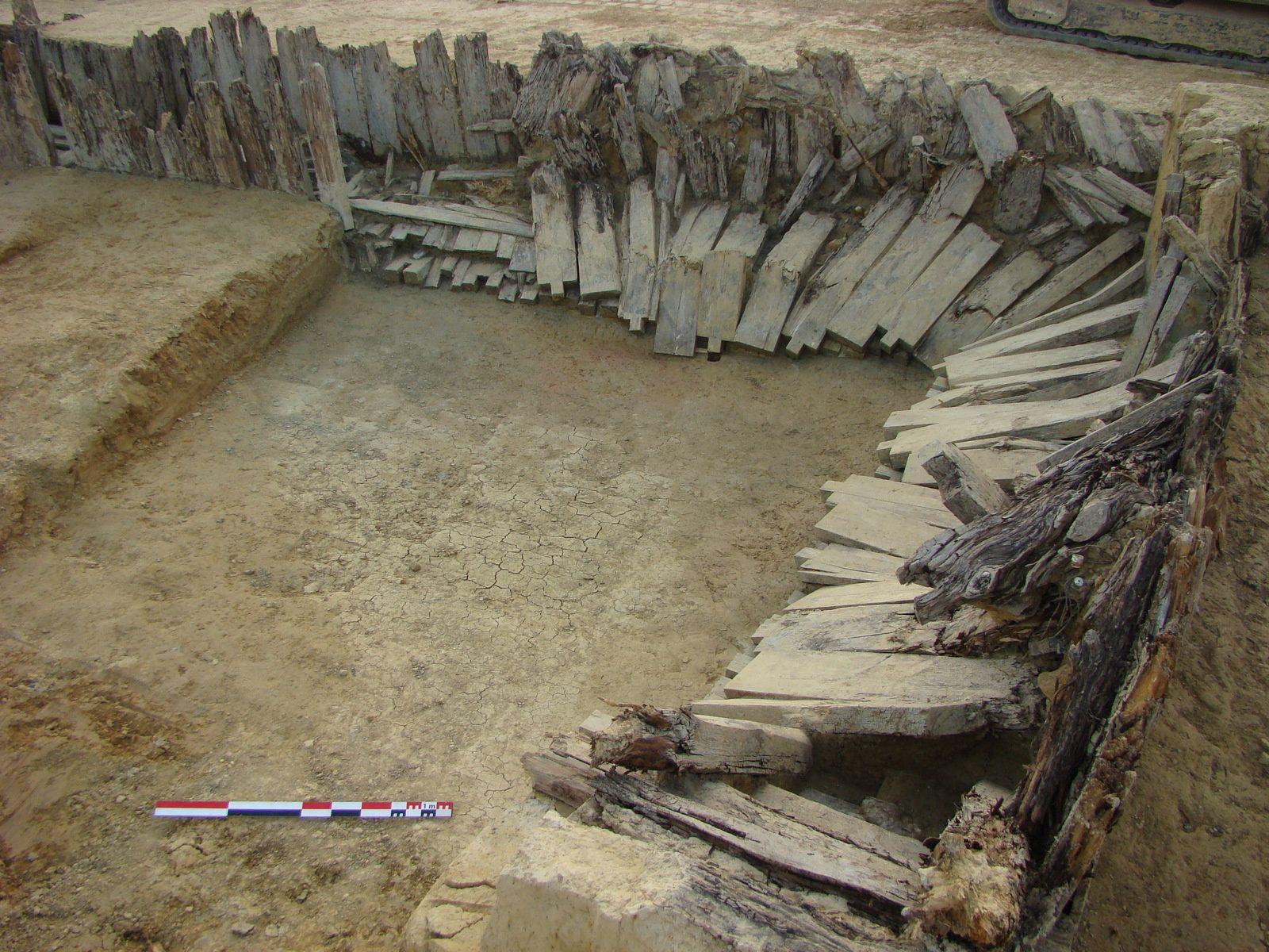 Tronçon effondré de la galerie. Les techniques de construction sont comparables à celles employées dans les mines avec assemblage de pièces de bois au moyen de tenons et de mortaises. (© Mathias Higelin, PAIR)