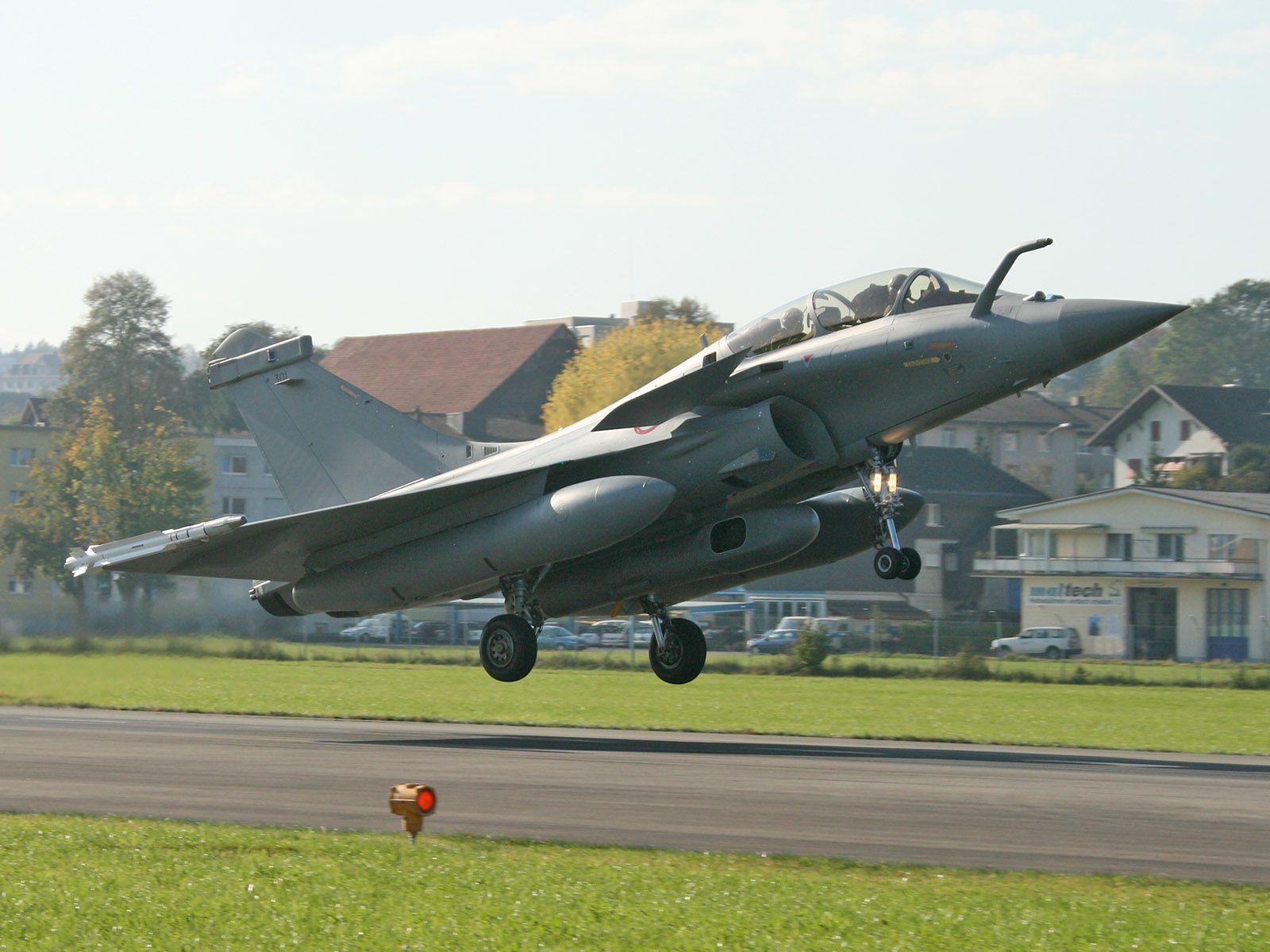 Rafale français au décollage sur l'aérodrome d'Emmen (© wikimédia)