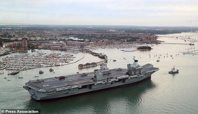 Arrivée à Portsmouth du HMS Queen Elizabeth. Sur son pont d'envol, des hélicoptères Merlin du Naval Air Squadron 820.