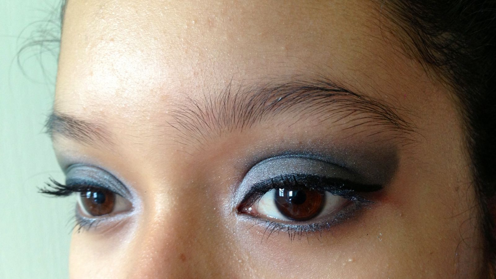 Maquillage smoky eyes noir et gris