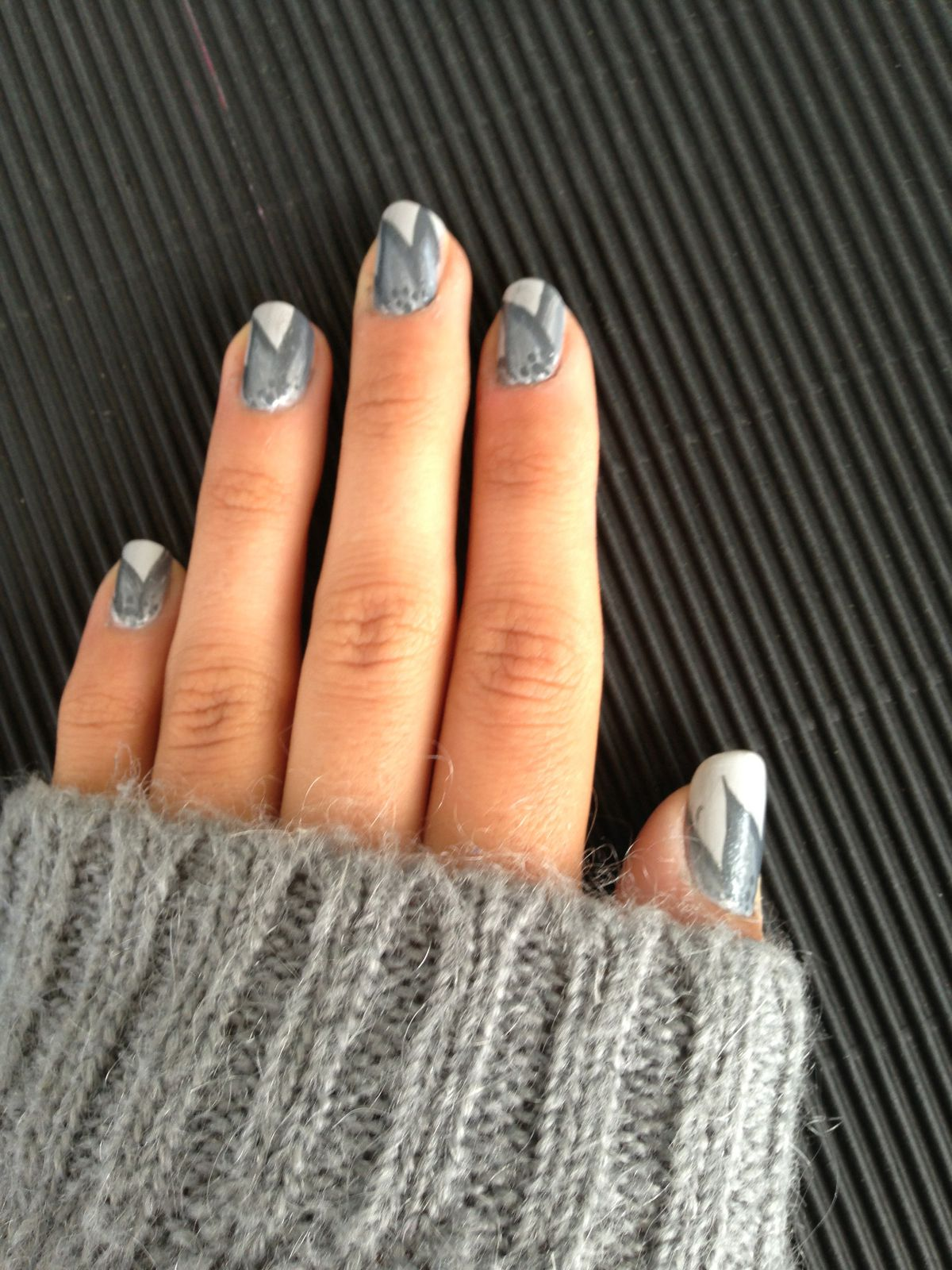 Nail art feuilles one strock grise