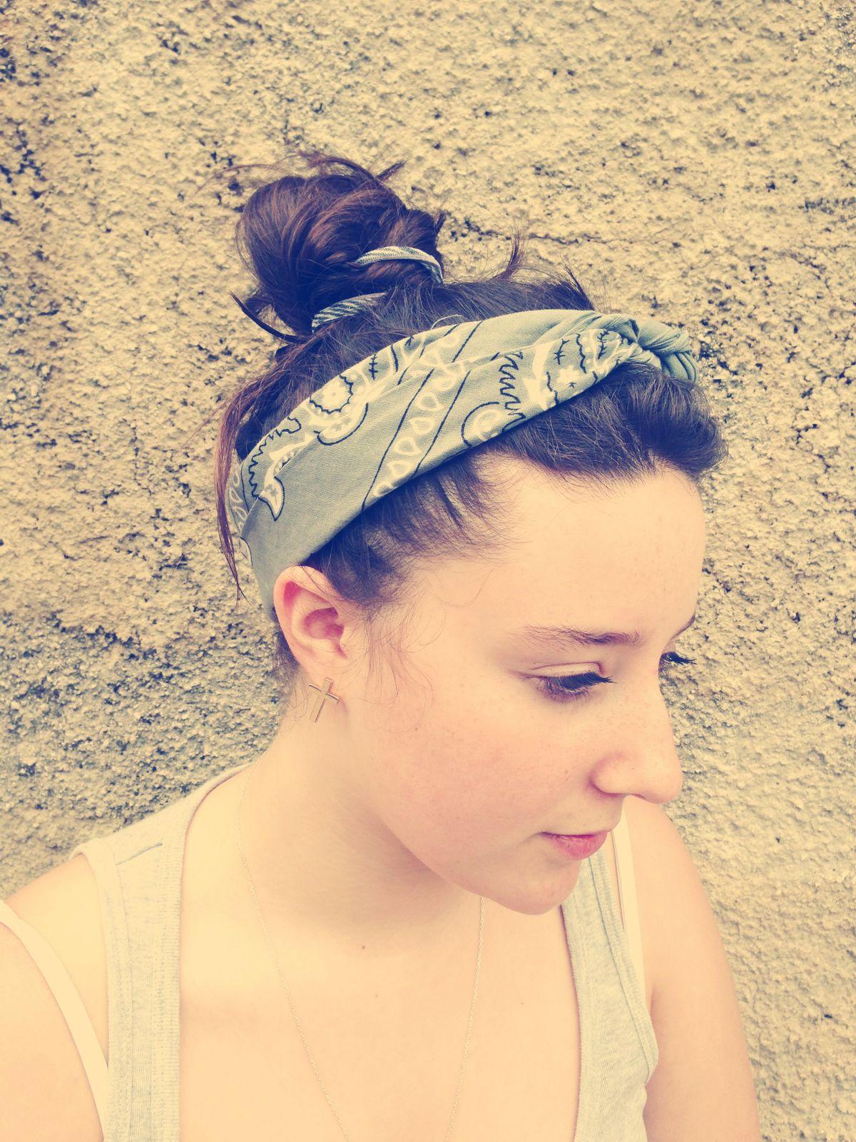 """ma coiffure : un chignon banale avec un bandanas gris en mode """"vintage"""" ( je reviens de la plage donc je suis pas trop bien coiffés :) ♡ )"""