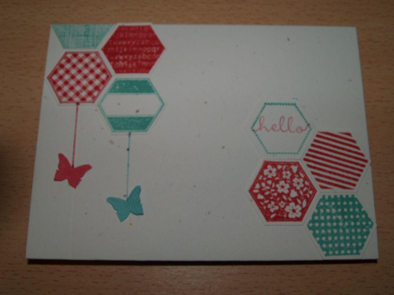 Papiers cartonnés et encreurs copacabana, bavarois de framboise et murmure blanc&#x3B; set de tampons Six-Sided Sampler et bannières bitty&#x3B; perforatrice hexagone&#x3B; plioir de gaufrage rayon de miel&#x3B; ruban ruché bavarois de framboise.