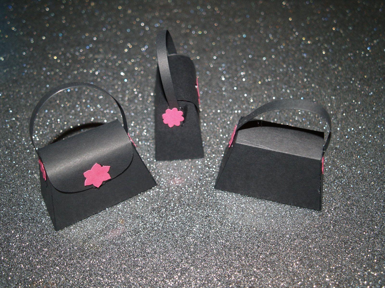 papiers noir nu, brune dune et bavarois de framboise&#x3B; insta'enveloppe&#x3B; bigz sac à main&#x3B; perforatrice Boho Blossom.