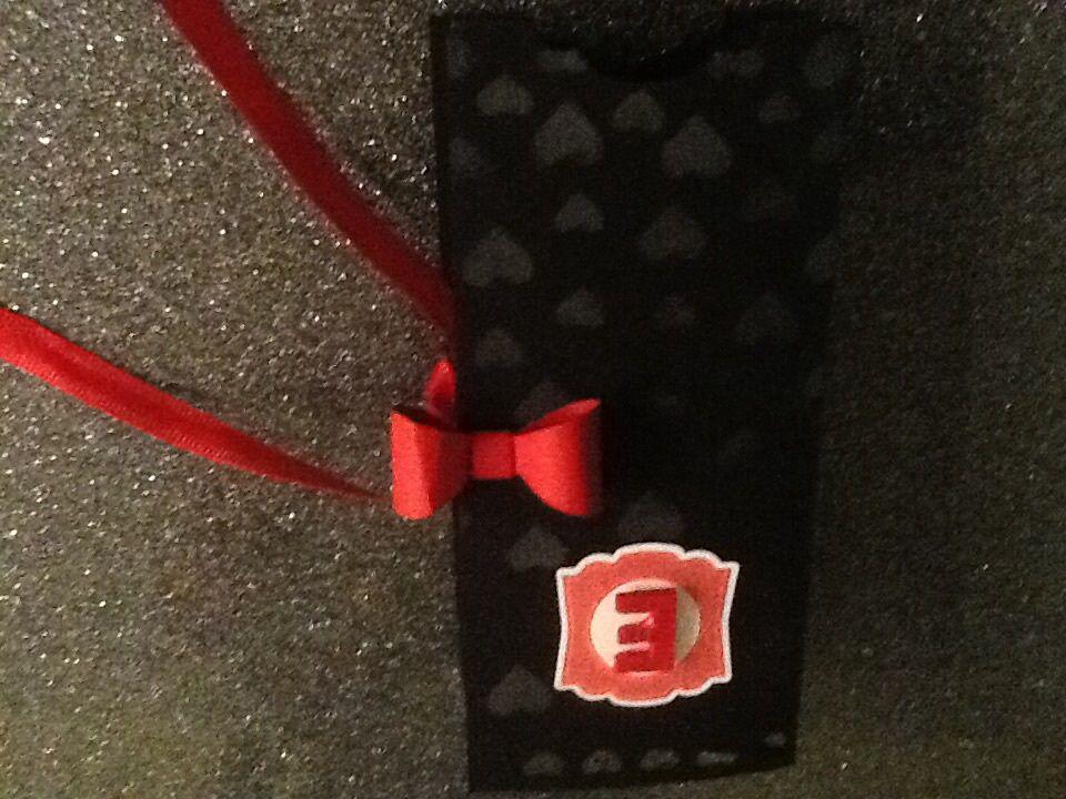 Papiers cartonnés noir nu, rouge rouge, bavarois de framboise, murmure blanc&#x3B; masque décoratif coeurs&#x3B; perforatrices bordure coeurs, c'est par là, étiquette artisanal, noeud&#x3B; papier argile simply pressed&#x3B; framelits Ellipses&#x3B; embosslits coeurs fashion&#x3B; plioir à gaufrage bon coeur&#x3B; bloc de papiaers Amour débordant&#x3B; tampons Dictionary et Tant de joie, encreurs noir, bavarois de framboise et effet craie corail calypso&#x3B; ruban rouge rouge.