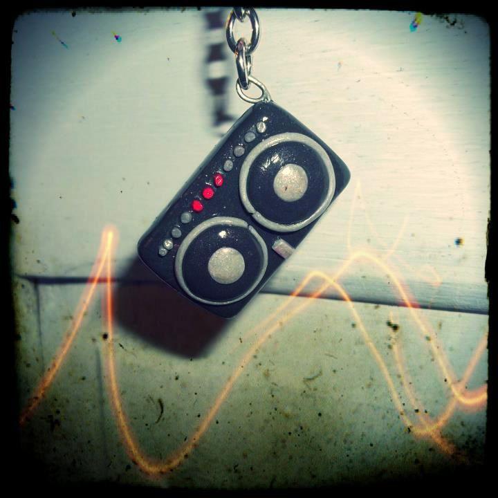 Aux platines DJ! Avec ce sautoir, vous assurerez sur le dancefloor !