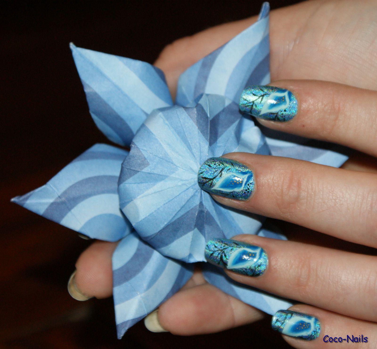 Voilà une jolie fleur qui s'accorde très bien avec ce nail art