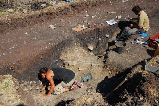 Sur le chantier de fouilles de Corent, tout près d'une ancienne cité gauloise qui fut probablement la capitale des Arvernes, les archéologues viennent de mettre au jour un méga-site de stockage de récoltes. Photo prise le mercredi 12 août. Photographie LUERN