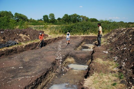 Des archéologues en train de travailler sur le site de fouilles archéologiques du site de Corent, dans le Puy-de-Dôme, en Auvergne, le mercredi 12 août. Photographie LUERN