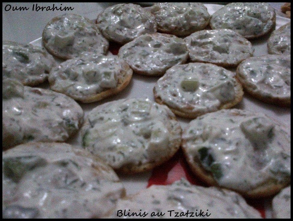 Vous avez besoin de [ - Blinis - Tzatziki ] Toastez vos blinis au four pendant 5 min à 180°C puis tartinez de Tzatziki bien frais ! Le contraste chaud froid donne un côté craquant aux blinis &#x3B;)