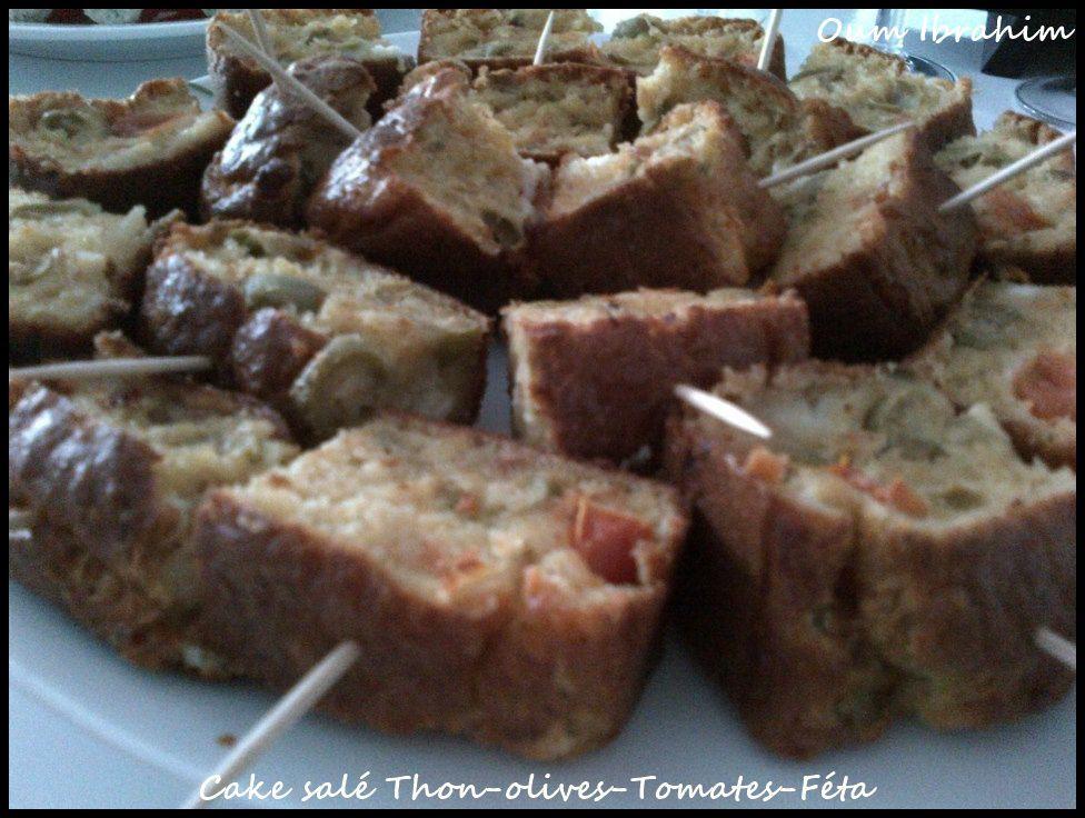 Vous avez besoin de : [- 1 paquet de levure chimique - 100 gr de farine - 100 ml de lait - 3 œufs - un peu d'huile - 1 boite de thon egoutté - une poignée d'olives vertes - du gruyère râpé - quelques dés de Féta - 1 tomate coupée en dés - sel + poivre]  Dans un saladier mélangez la farine, la levure et les œufs avec le batteur électrique et ajoutez le lait et l'huile puis le sel et le poivre.  Mettez le thon que vous aurez émietté puis les olives et la tomate. Ajoutez le gruyère puis vos petits dés de Féta. Enfournez a 180 ° pendant 20 bonnes minutes. C'est prêt quand vous sortez votre lame de couteau sèche.