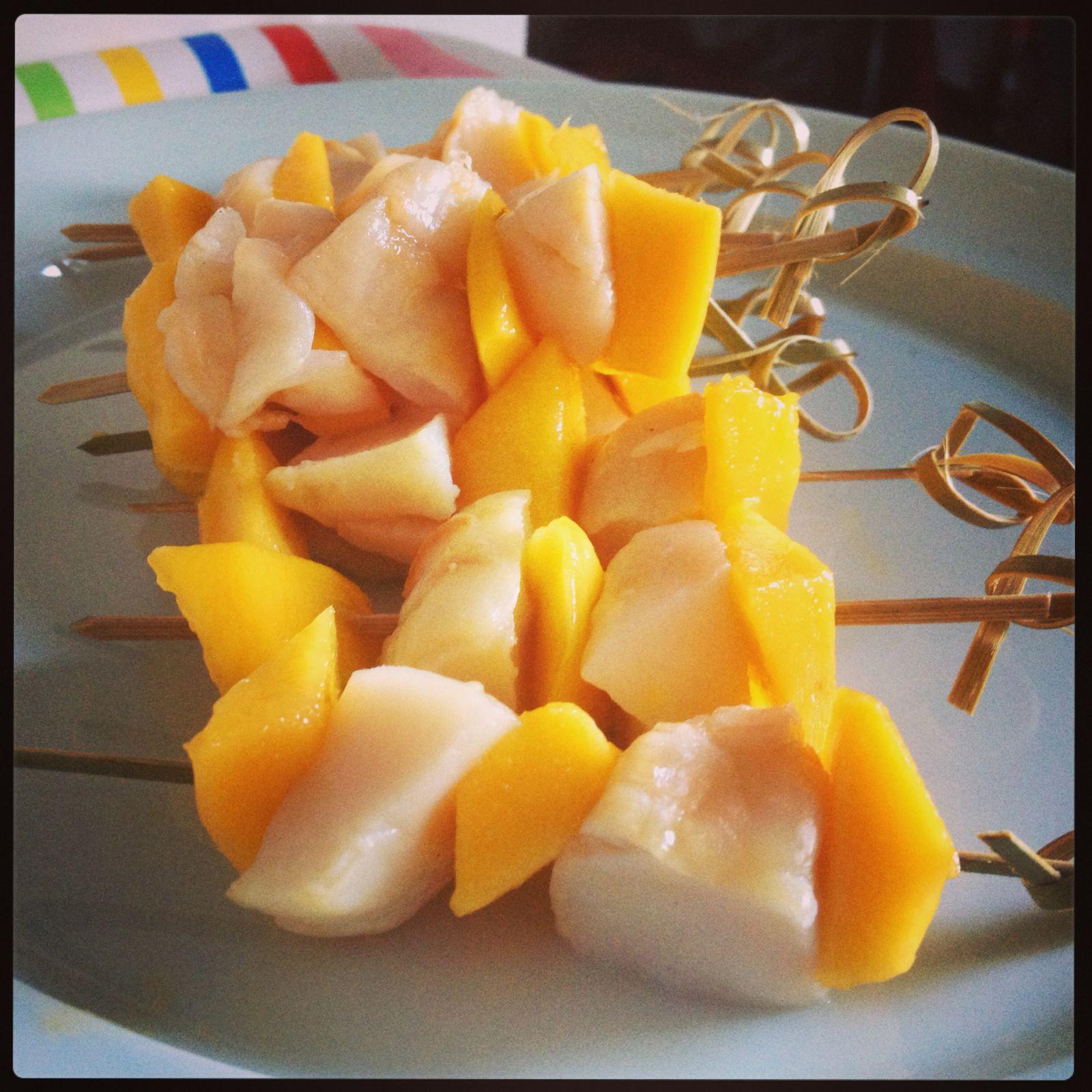Brochettes de Saint Jacques, mangue et son jus d'agrumes.