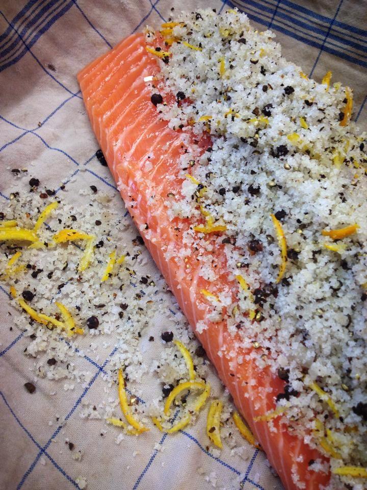 Râper sur les filets avec une râpe fine l'écorce d'une orange et d'un citron. Déposer sur les filets la marinade.