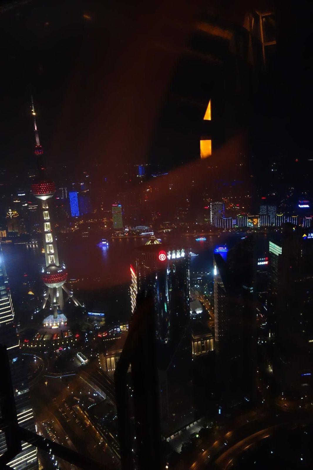 Pudong, Century avenue au soleil couchant; dessert dans la tour JinMao (492 mètres, 101 étages)