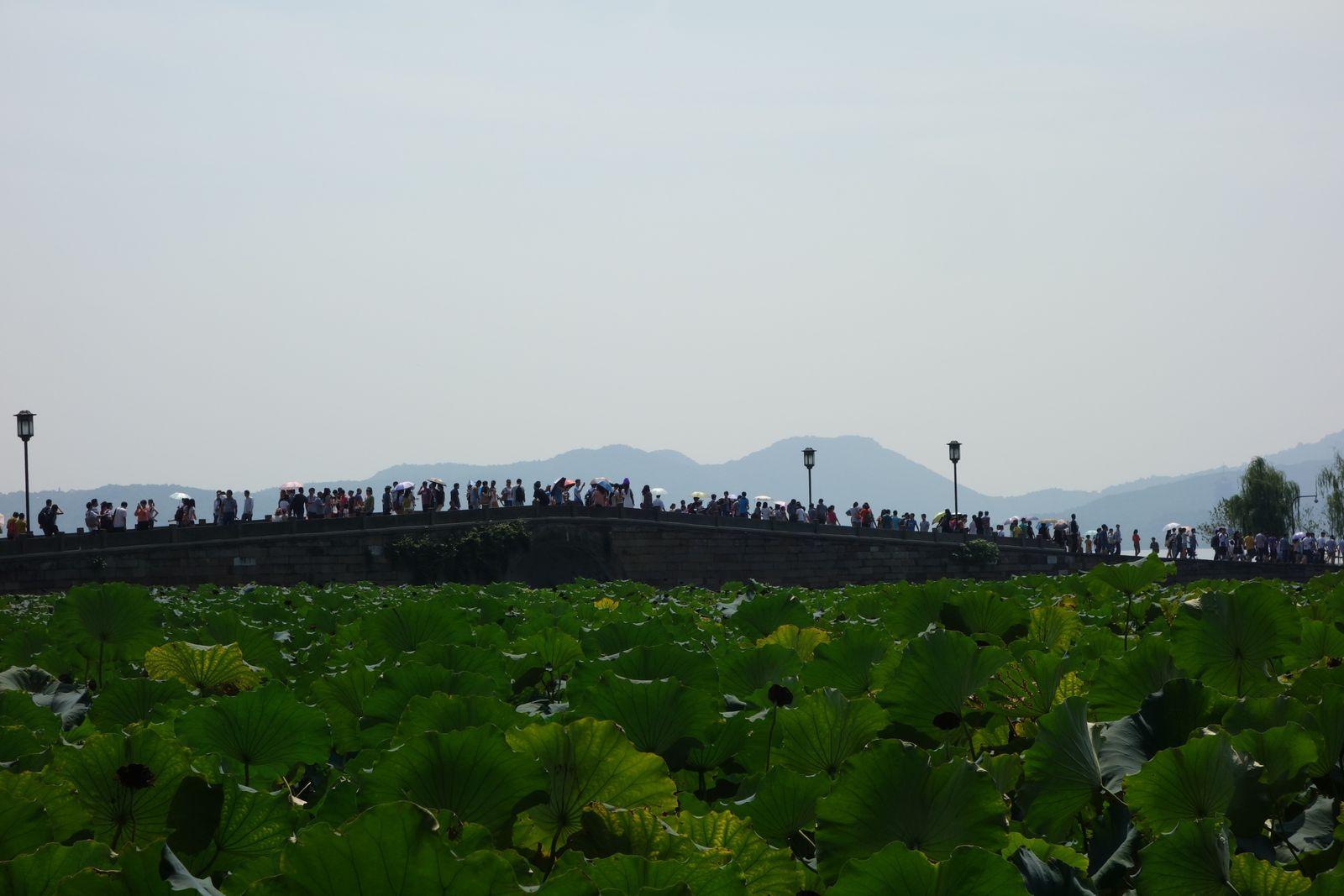 En fait, voilà les lieux touristiques chinois en période de congés...mais il suffit de devoir marcher un peu on se sent desuite plus tranquille.