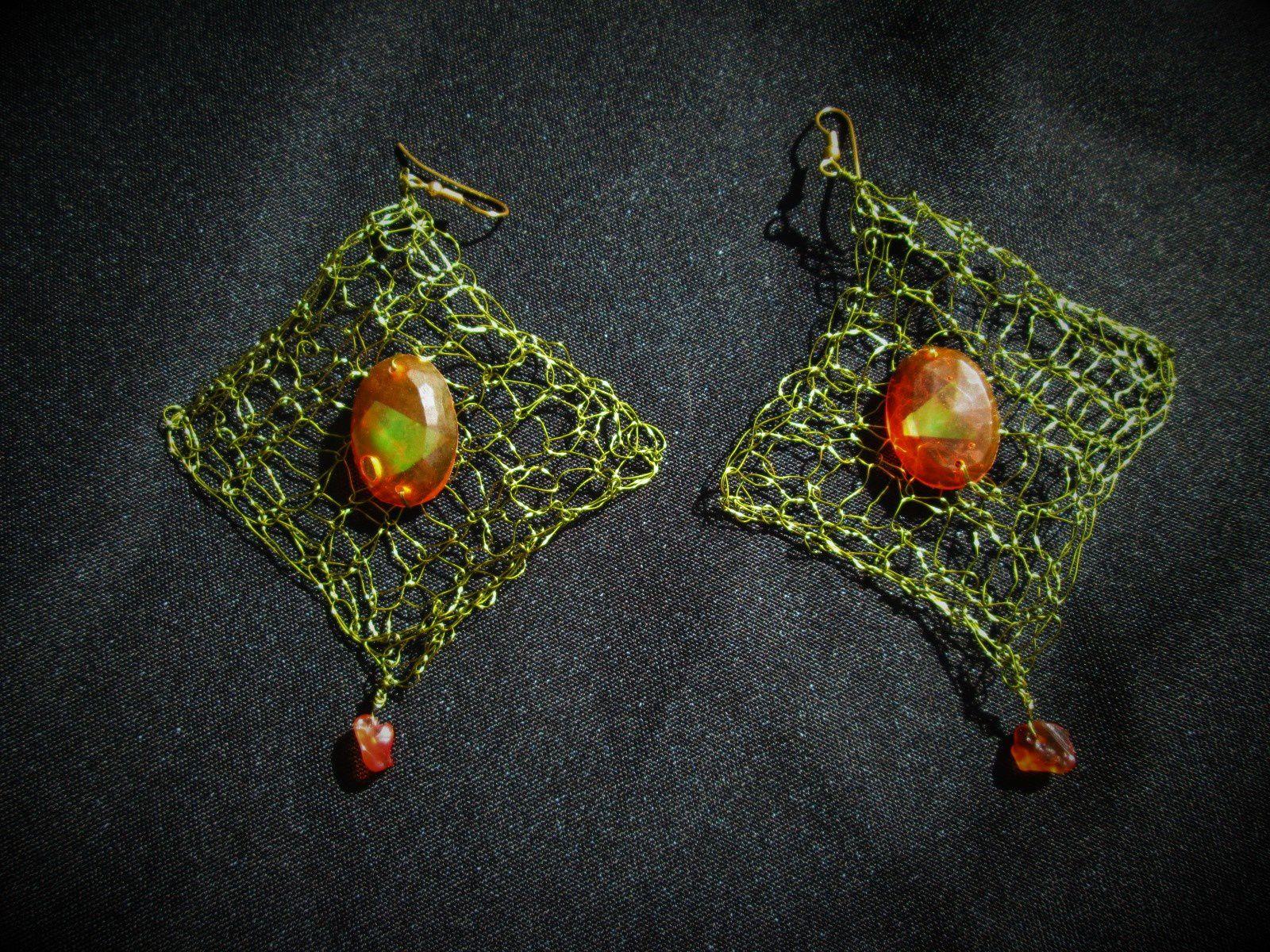 Boucles d'oreilles percées-résine,métal et pierres
