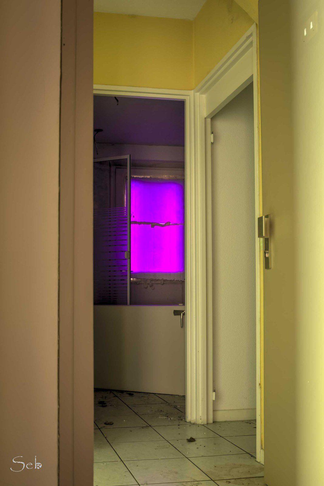 Je n'arrive pas à dormir, je vais faire un cauchemar avec cette fenêtre violette.