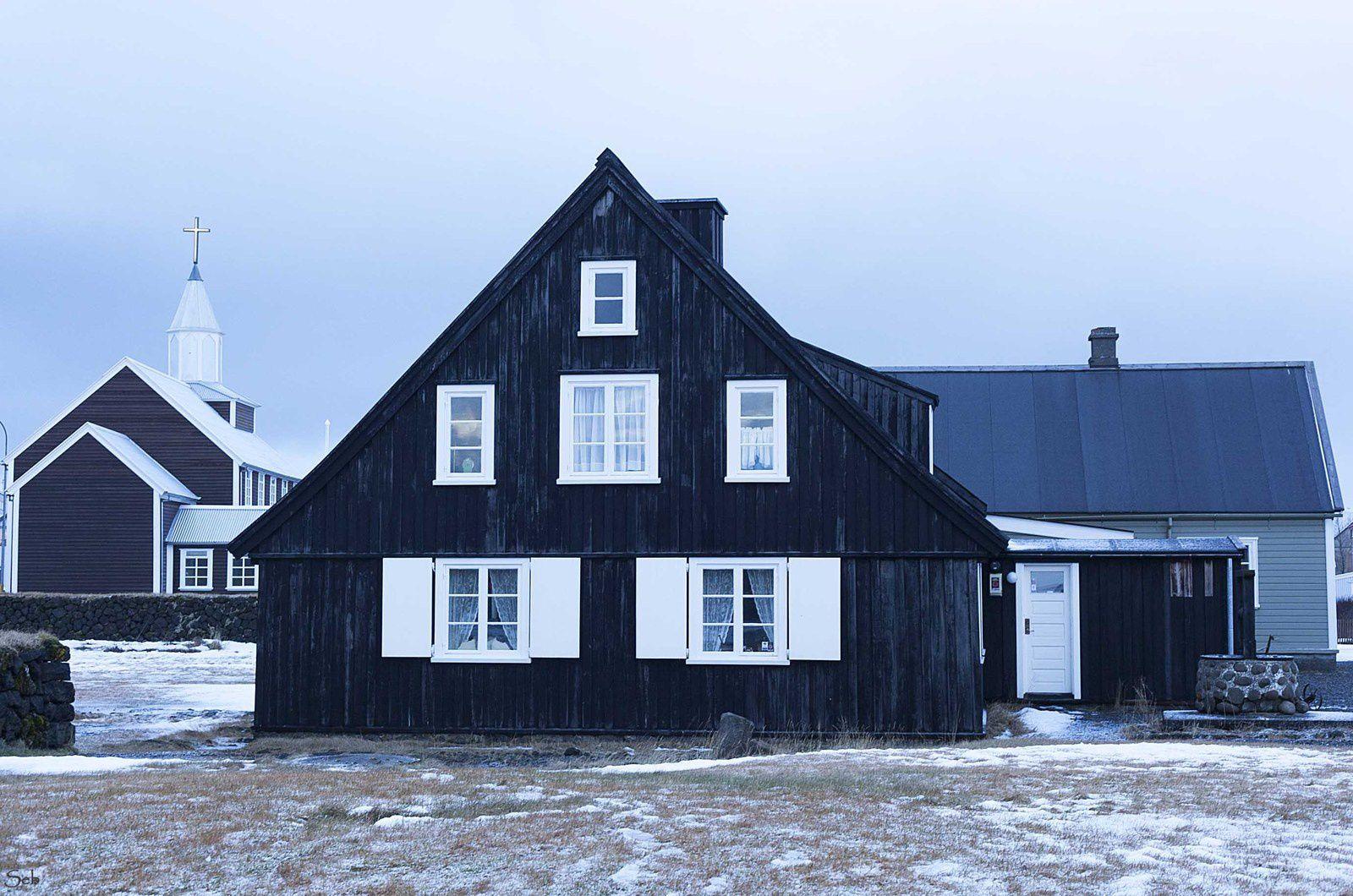 La Maison Husid date de 1765 ce qui fait l'une des plus anciennes demeure du pays. Au deuxième plan l'église du village d'Eyrarbakki.