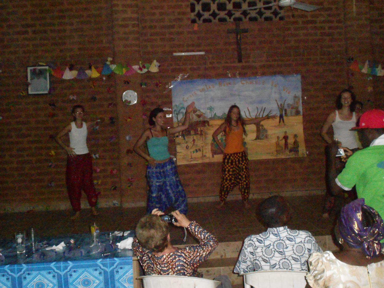 Le mini-spectacle de clôture du camp avec les jeunes du club des Amis de Sichem de Djagblé