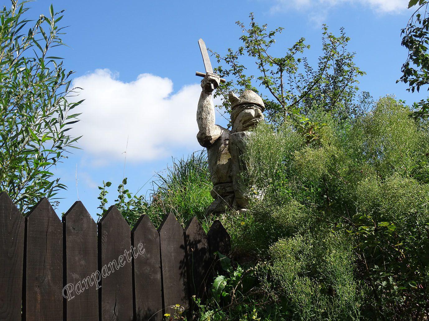 """Le """"gardien"""" de la porte d'entrée au village viking"""