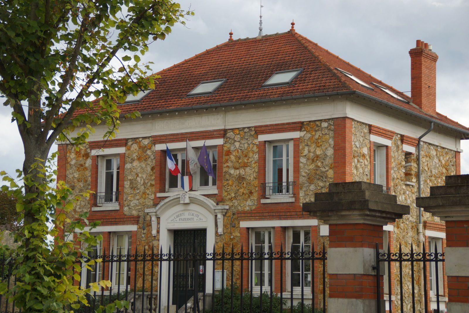 Ancienne Mairie, aujourdh'ui siège de la CA2R (Communauté d'agglomération)