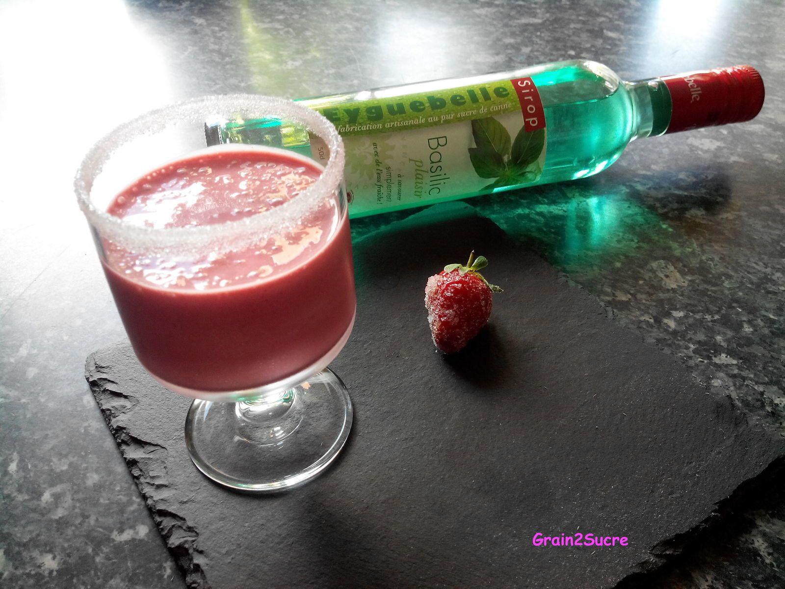 Recette Grain2Sucre. Smoothie fraise basilic, fraises, jus d'orange, sucre, glaçons, sirop de basilic.