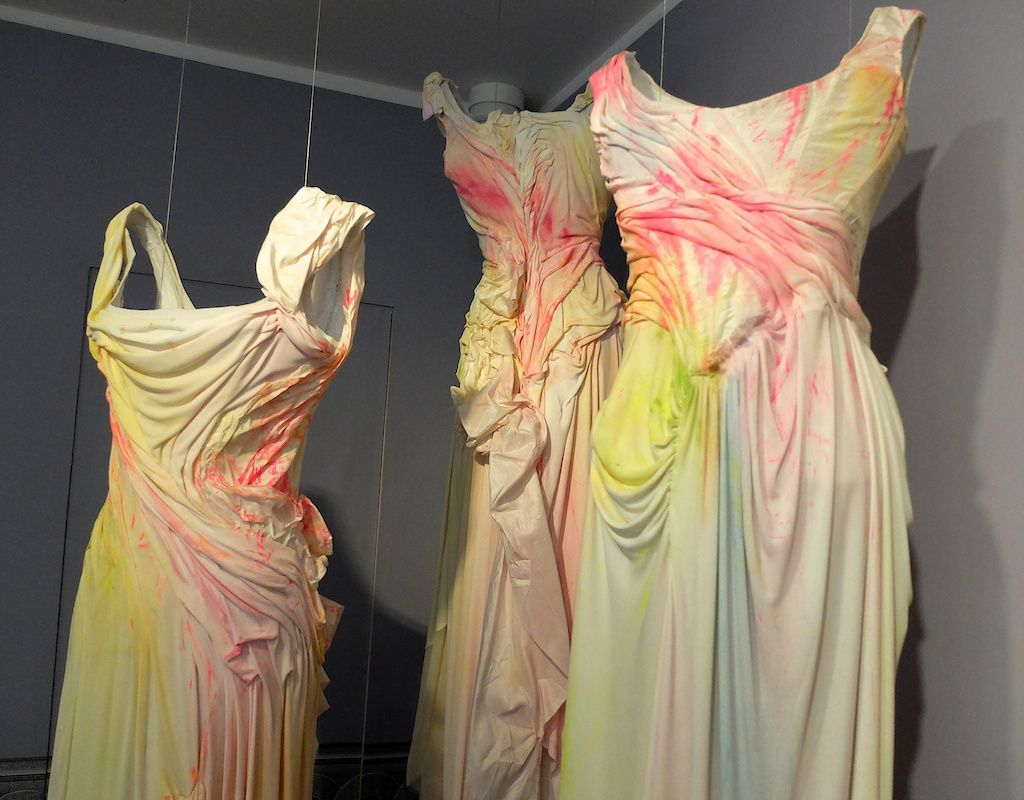 ©Christian Lacroix-robe longue en dentelle de jersey, reprise de peinture.
