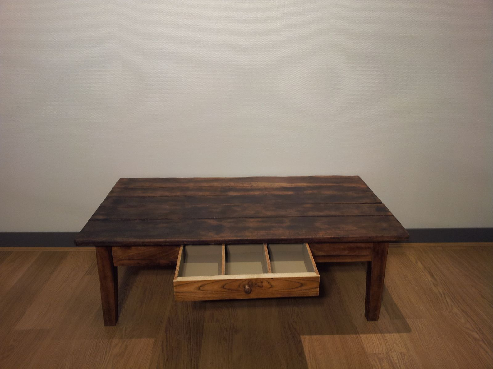 Table avec tiroir ouvert