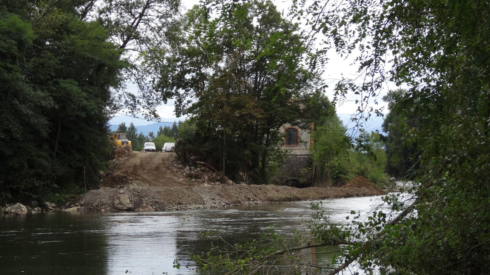 Le canal d'amenée est vidé et une digue ferme le canal de sortie