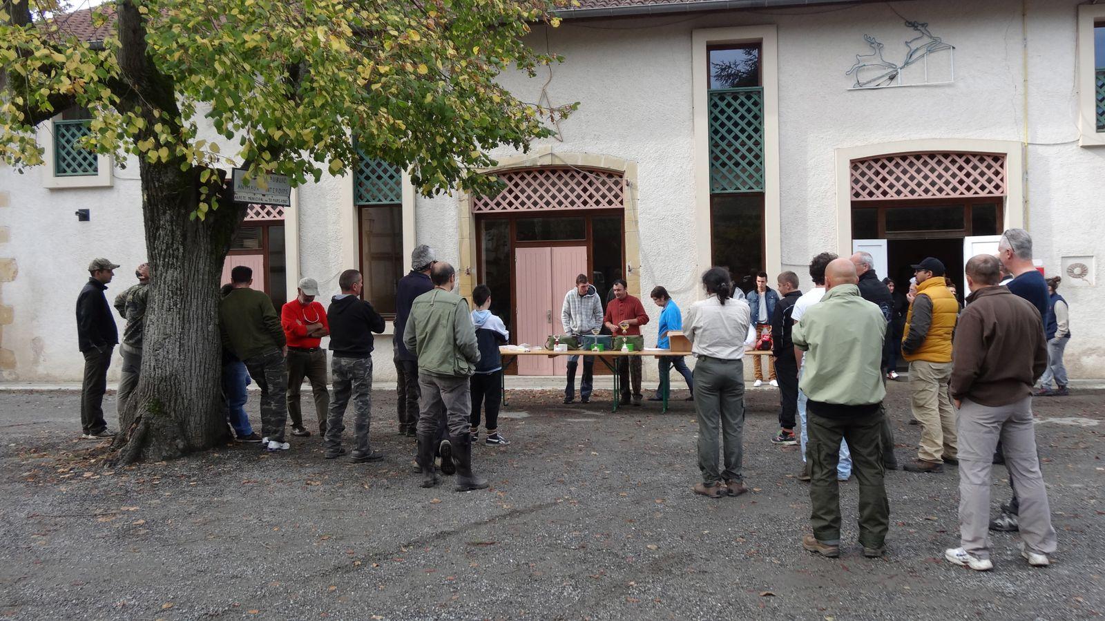 Remise des lots devant la salle des fêtes de Roquefort-sur-Garonne