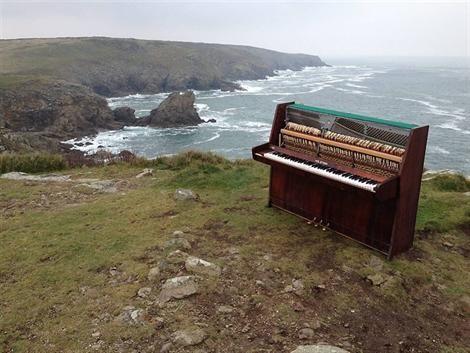 Un piano abandonné sur l'un des promontoires les plus en vue sur l'un des promontoires les plus en vue du Grand site de France de la pointe du Raz. Photo : Ouest France