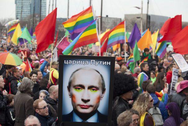 Le portrait du président russe brandit lors d'une manifestation à Amsterdam. Source : Reuters