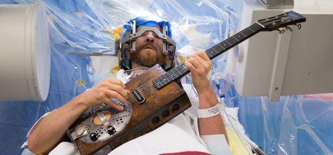 Source : 24 matins.fr Brad Carter est un acteur et chanteur de country. Il a filmé son opération du cerveau pendant laquelle il a joué de la guitare.
