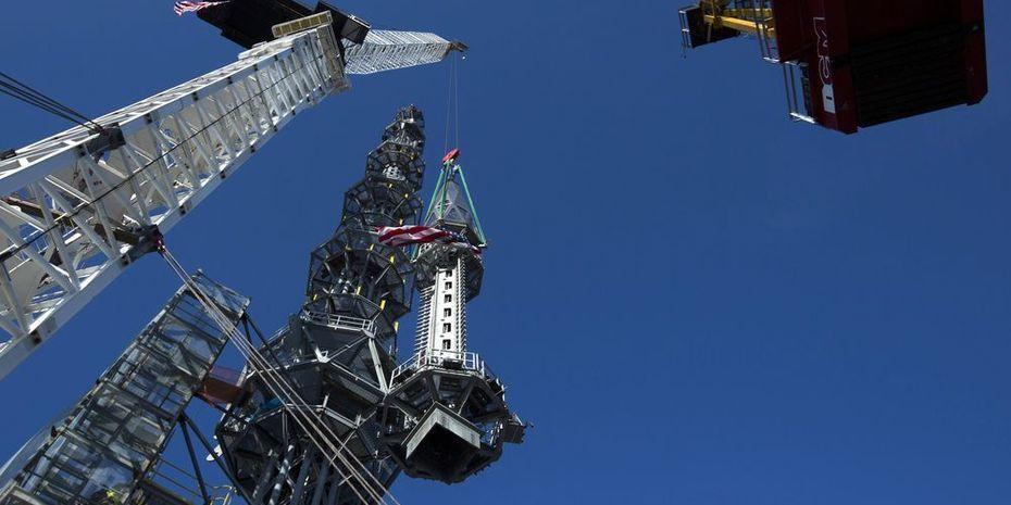 Mary Altaffer/AP/SIPA et REUTERS/Lucas Jackson La pointe de la flèche a été placée sur le One World Trade Center, douze ans après le 11 Septembre 2001
