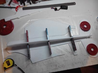 Début collage du fuselage à la colle à bois.