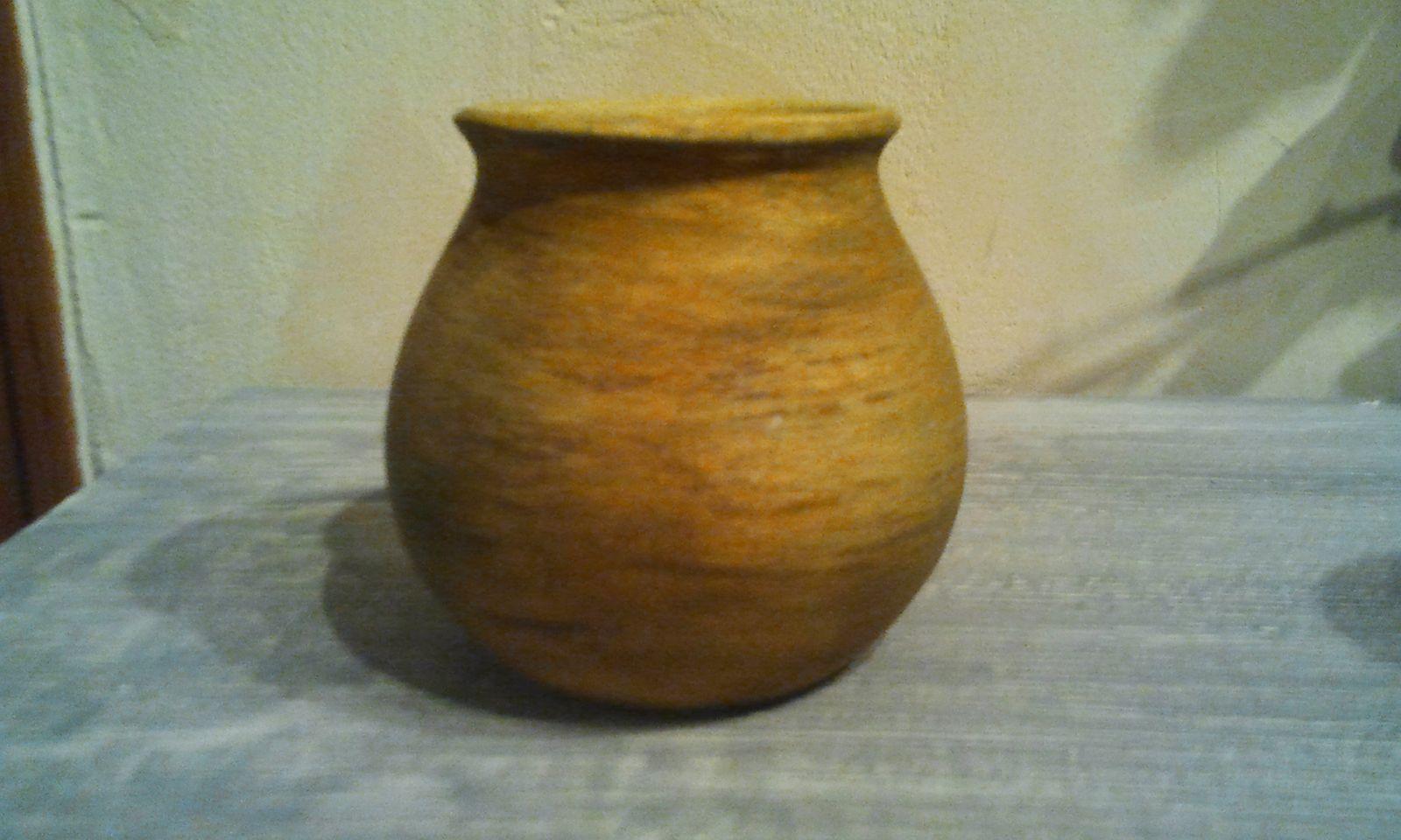Sur les petits vases en terre cuite, j'ai posé une première couche de gesso et j'ai utilisé des pigments pour réaliser des peintures sur des murs. Tandis que sur le grand vase j'ai travaillé sur la matière brute avec le même type de pigment et j'ai passé une cire de protection.