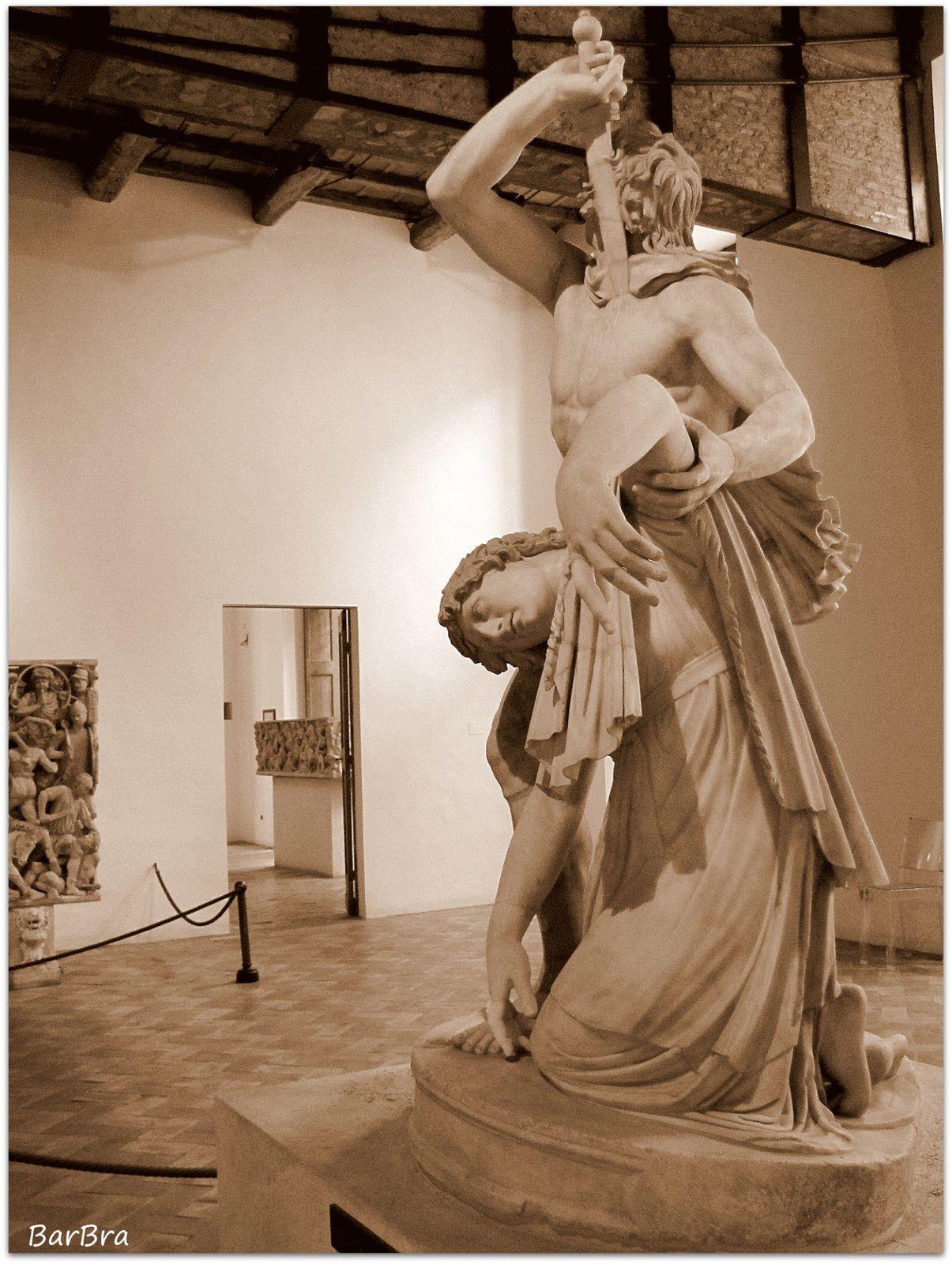 La donna, già piegata sulle ginocchia, si abbandona, ormai rassegnata, alla morte ... l'uomo, avanza la gamba sinistra per offrirle l'ultimo sostegno e la sorregge per il braccio, mentre lei lentamente si affloscia