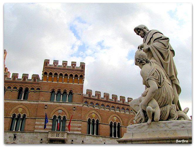 Il Monumento, eretto nel 1846 in Piazza Dante a Grosseto, commemora le opere di bonifica condotte da Leopoldo II in Maremma e ne esalta l'impegno nel debellare la malaria