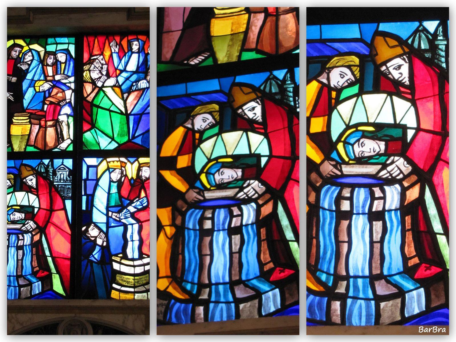 Due vetrate moderne riempiono di luce colorata la cappella del Pozzo e ci raccontano gli avvenimenti di quel lontano 1256, quando cardinale Pietro Capocci fu testimone dello straordinario ritrovamento in un pozzo dell'immagine della Madonna dipinta su tegola